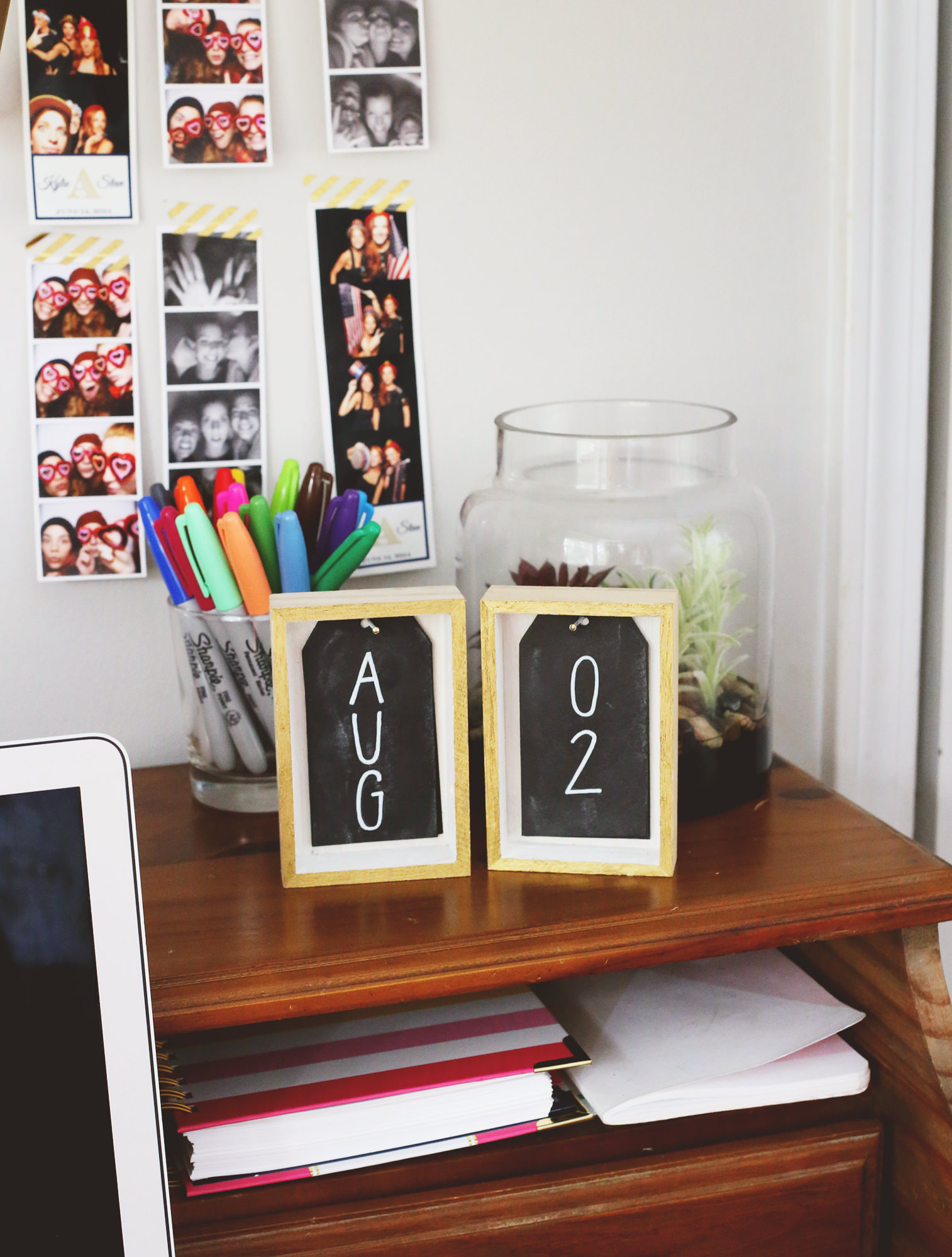 Pretty and practical - this chalkboard-inspired DIY desk calendar is a fun way to add functionality to your office space!