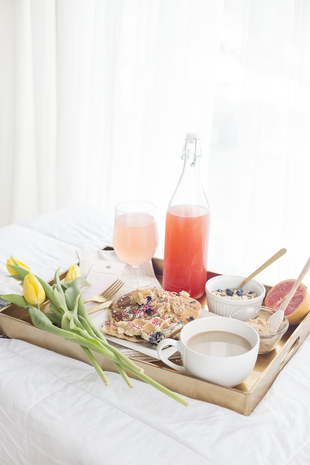 A dreamy breakfast in bed for your valentine s day for Easy breakfast in bed ideas