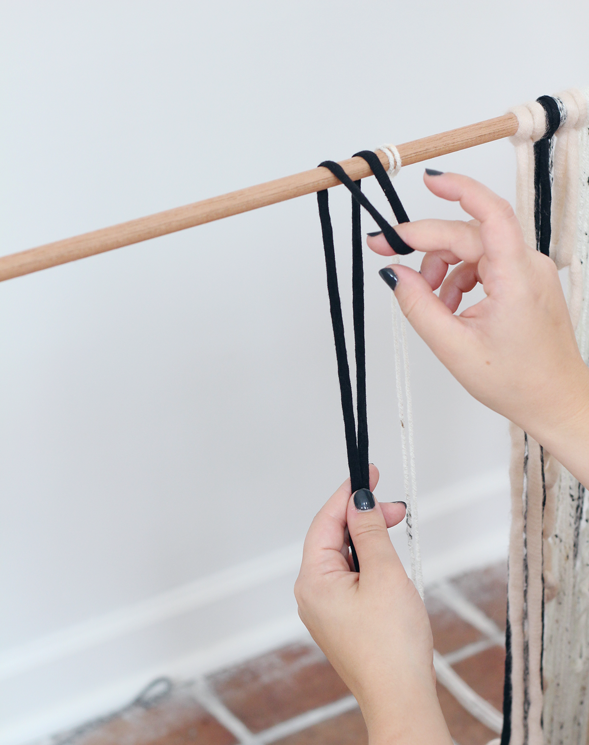 how to make a simple DIY yarn wall hanging