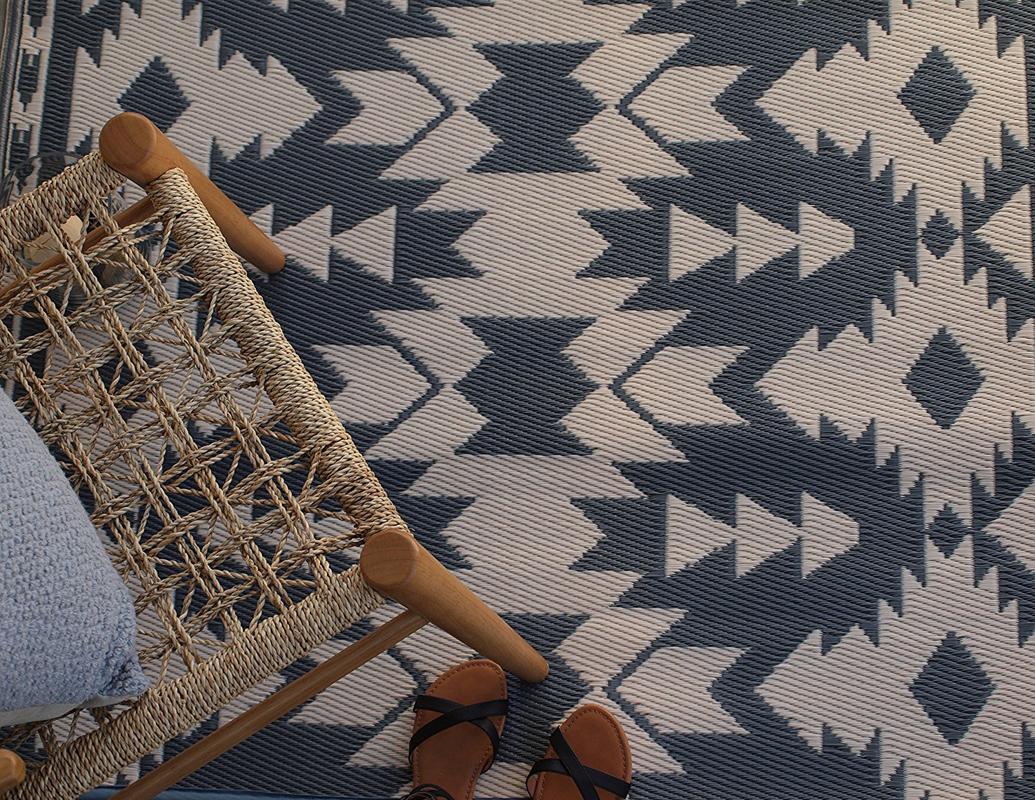 Love this outdoor rug with a modern style and neutral color scheme!